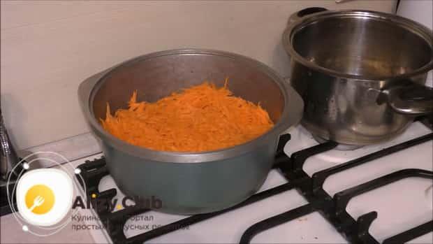 Для приготовления плова из перловки с мясом в казане, нарежьте овощи