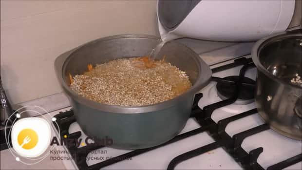 Для приготовления плова из перловки с мясом в казане, добавьте воду