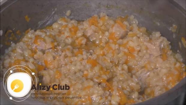 Вкусный плов из перловки с мясом приготовленный в казане готов