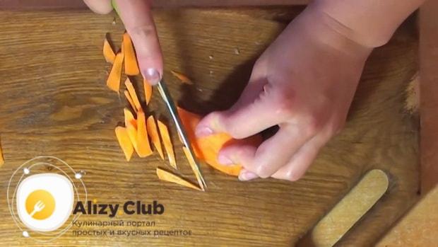 Для приготовления плова из перловки с мясом в мультиварке, нарежьте картофель