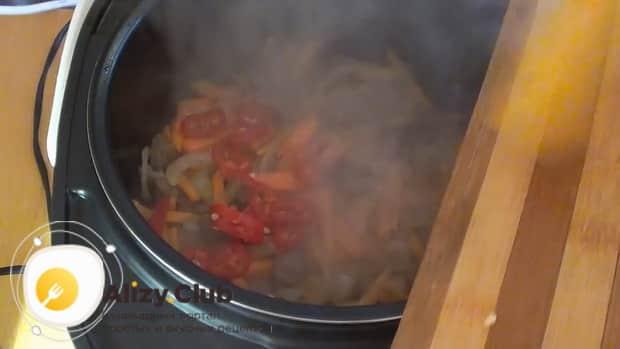 Для приготовления плова из перловки с мясом в мультиварке, добавьте томатную пасту