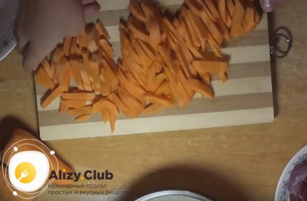 Пока в казане вытапливается жир, соломкой нарезаем морковку.