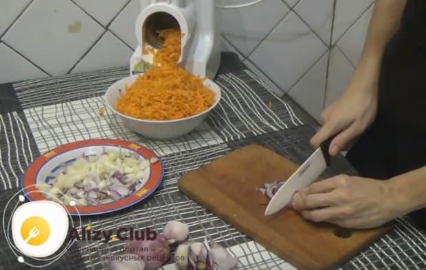 Пока мясо обжаривается, измельчаем лук и морковку.