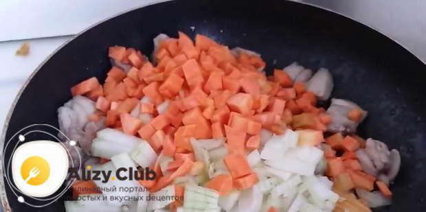 Порежьте 1 большую луковицу и 2 морковки кубиками
