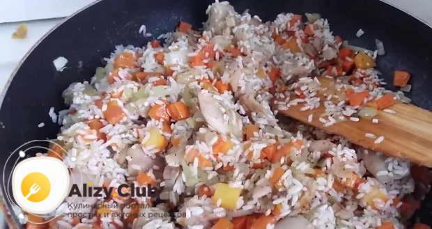Промойте 300 г риса и выложите его в сковороду