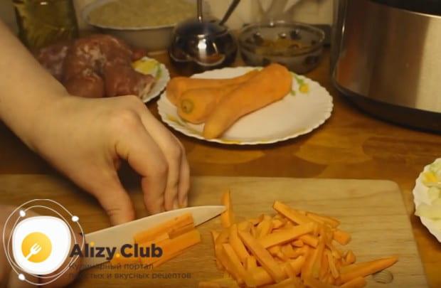 Для блюда измельчаем лук и морковь.