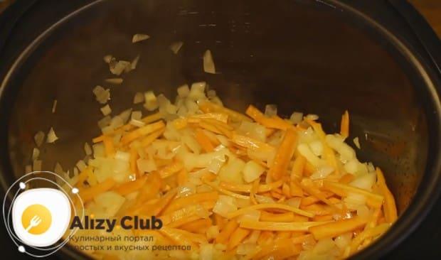 Выкладываем в разогревшуюся мультиварку овощи и обжариваем.