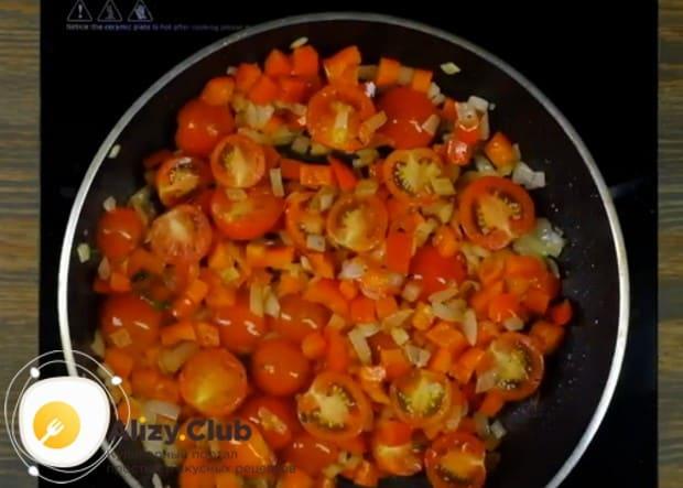 Обжариваем овощи с пряностями еще несколько минут.