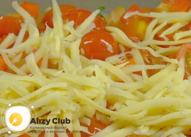 Посыпаем блюдо тертым сыром и отправляем в духовку.