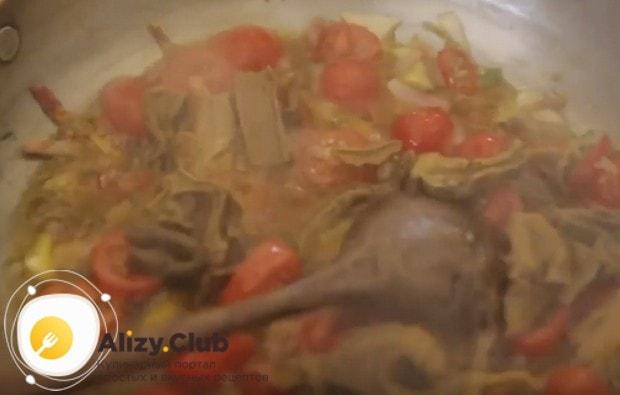 Перекладываем на сковороду белые грибы.