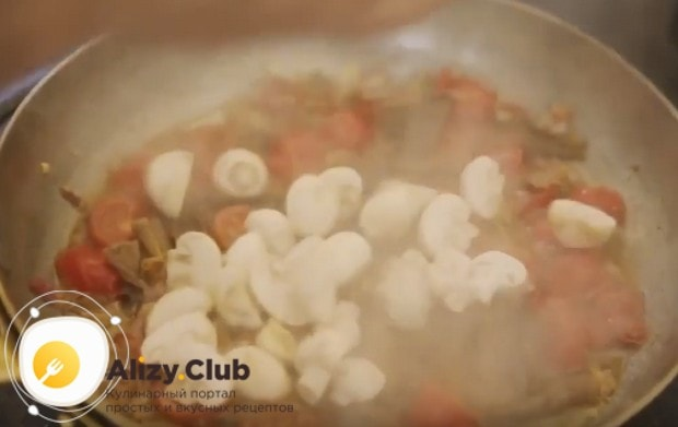 Добавляем на сковороду шампиньоны и шиитаке.