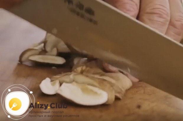 Режем грибы тонкими кусочками.