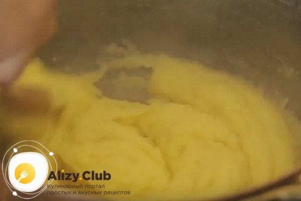 Хорошенько перемешиваем кашу с маслом и пармезаном до получения однородной массы.