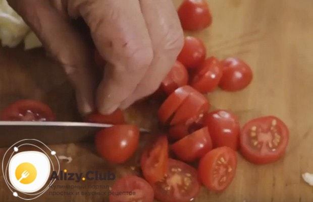 Режем кусочками помидоры черри.