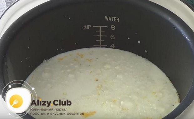 Добавляем в крупу воду и молоко.
