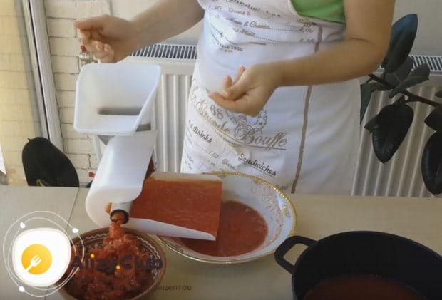 Узнайте отличный рецепт томатов в собственном соку на зиму.