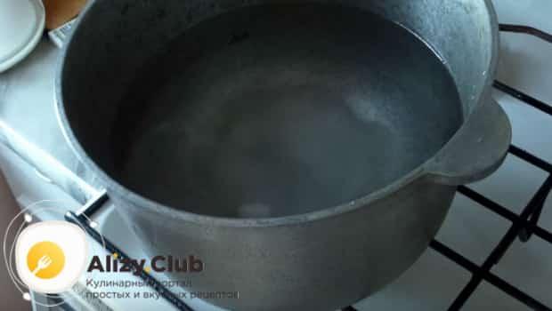 Ставим чугунный казан на плиту и добавляем туда соли