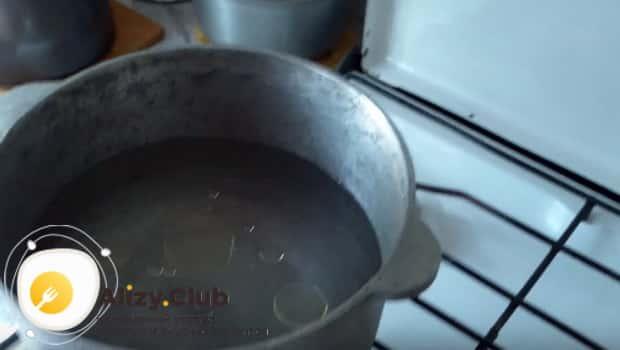 В казан с водой добавляем подсолнечного масла