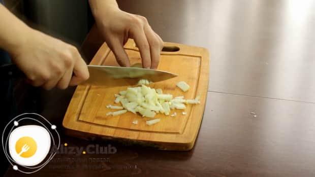 По рецепту для приготовления спагетти с креветками в сливочном соусе, нарежьте лук