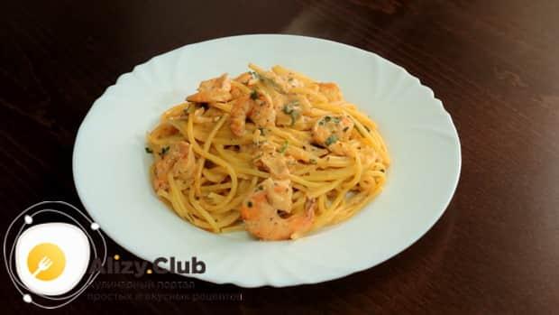 По рецепту для приготовления спагетти с креветками в сливочном соусе, подготовьте нужные ингредиенты
