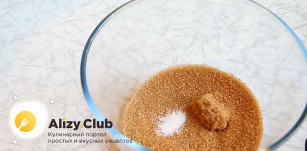 В чашу для теста высыпаем 150 г коричневого сахара и 3 г соли