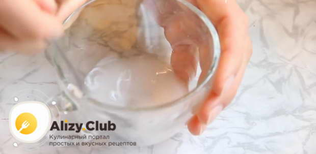 В жидкие ингредиенты вводим 280 г просеянной муки