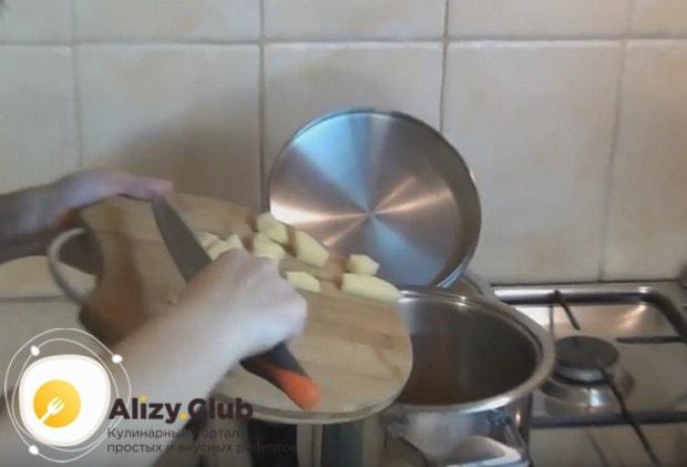 нарезаем картофель брусочками и выкладываем в кастрюлю.