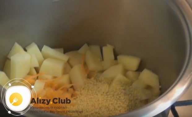 К картофелю добавляем измельченные овощи и пшено.