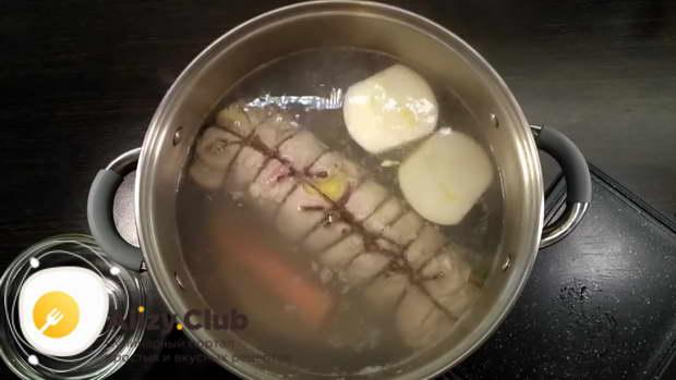 Дать закипеть, снять пену, добавить 1 морковь, одну луковицу, посолить по вкусу