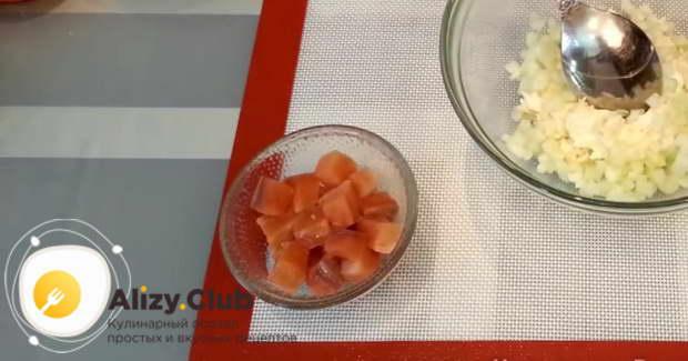 Нарезаем небольшими ломтиками 100 г любой красной слабосоленой рыбы