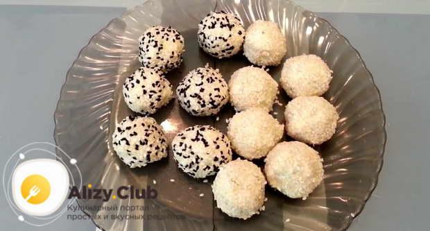 Скатываем шарик и обваливаем в смеси семечек белого и черного кунжута