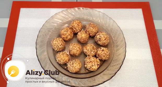 Скатываем шарик и обваливаем его в измельченных орехах