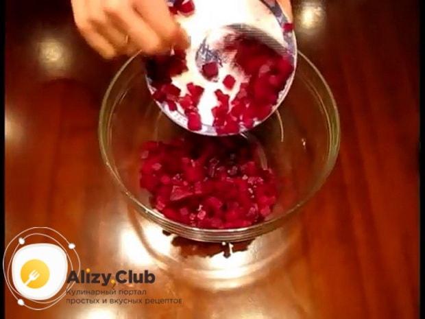 Для приготовления винегрета с селедкой, нарежьте свеклу