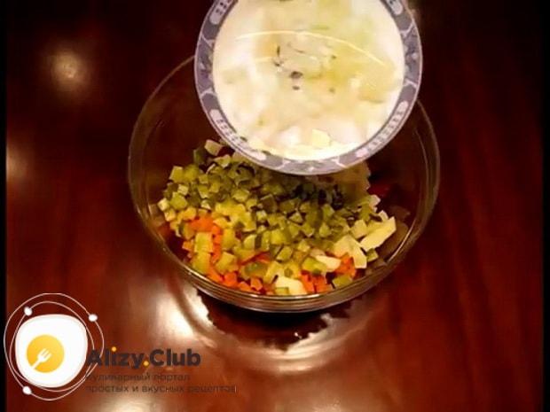 Для приготовления винегрета с селедкой, нарежьте лук