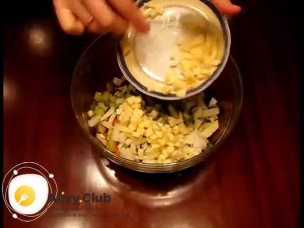 Для приготовления винегрета с селедкой, нарежьте яблоки