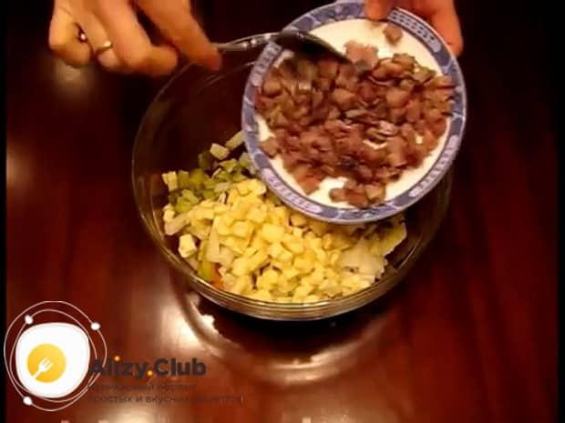 Для приготовления винегрета с селедкой, нарежьте сельдь