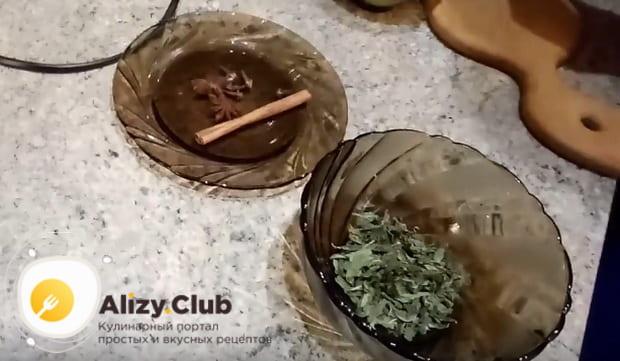 нарезаем мелко сушенную мяту