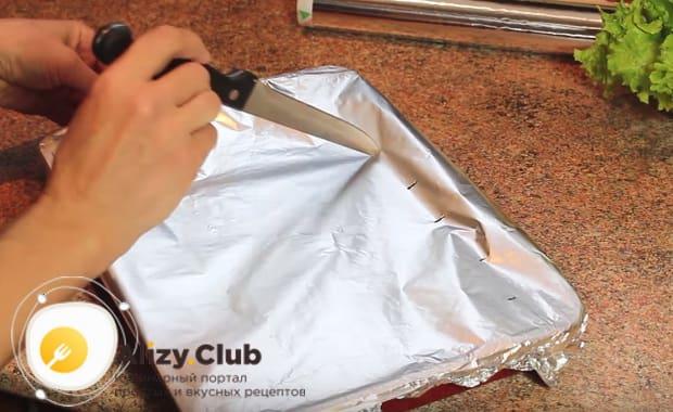 ножом делаем несколько проколов