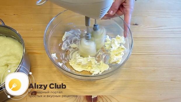 Для приготовления эклеров по простому рецепту, взбейте масло