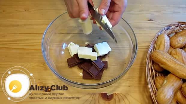Для приготовления эклеров по простому рецепту, измельчите шоколад