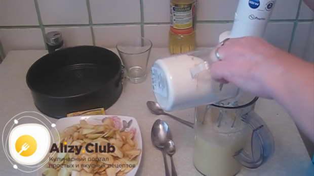 В чашу для теста разбиваем 5 яиц