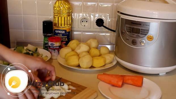 Для приготовления овощного рагу с кабачками в мультиварке, нарежьте лук.