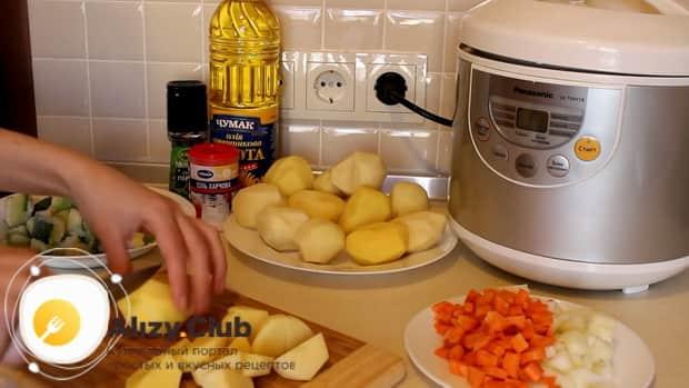 Для приготовления овощного рагу с кабачками в мультиварке, нарежьте картошку.