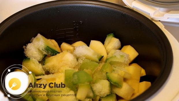 Для приготовления овощного рагу с кабачками в мультиварке, добавьте картошку.