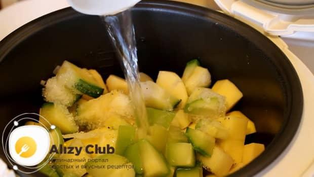 Для приготовления овощного рагу с кабачками в мультиварке, добавьте воду.