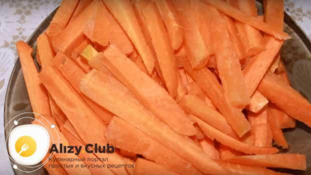 Режем соломкой морковь