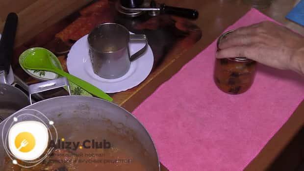 Для приготовления баклажанов в томатном соусе с чесноком, приготовьте посуду