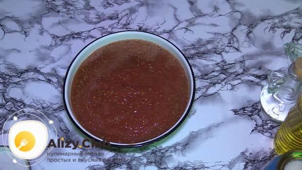Для приготовления баклажанов в томатном соусе с чесноком, нарежьте помидоры