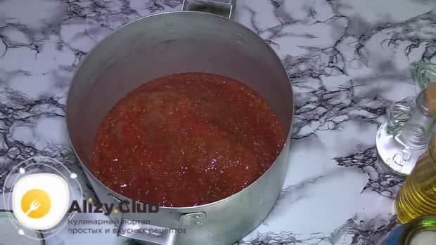 Для приготовления баклажанов в томатном соусе с чесноком, перелейте морс в кастрюлю