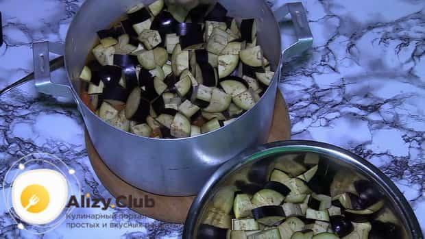 Для приготовления баклажанов в томатном соусе с чесноком, нарежьте баклажан